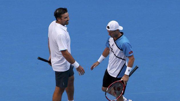 Patrick Rafter (vlevo) a Lleyton Hewitt na Australian Open skončili.