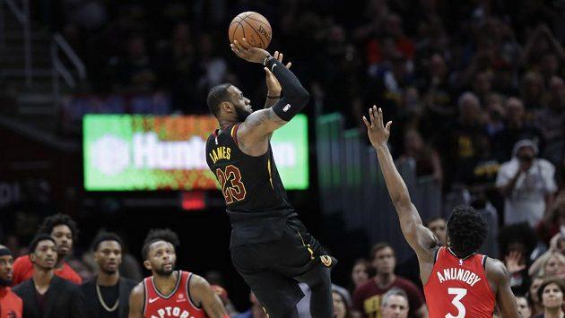 LeBron James z Clevelandu trefuje vítěznou střelu přes OG Anunobyho ve třetím zápase 2. kola play off NBA proti Torontu.