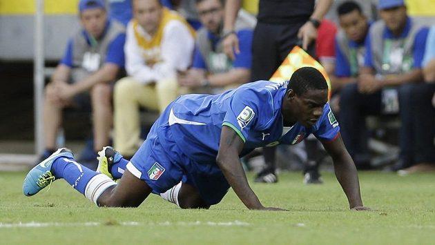 Mario Balotelli nakonec odkulhal z trávníku.