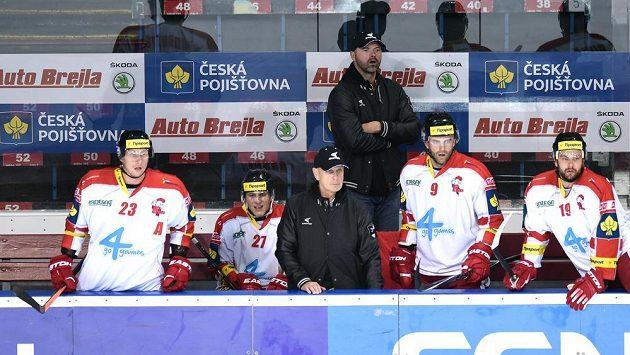 Jiří Dopita (vzadu) na střídačce Olomouce.
