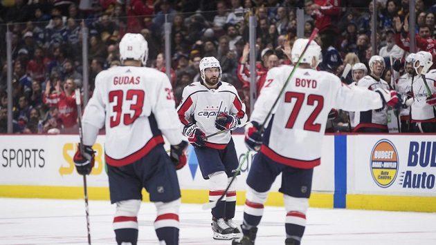 Michal Kempný (vzadu) slaví se svými spoluhráčí Radko Gudasem (33) a Travisem Boydem (72) jednu ze svých branek v utkání NHL na ledě Vancouveru.