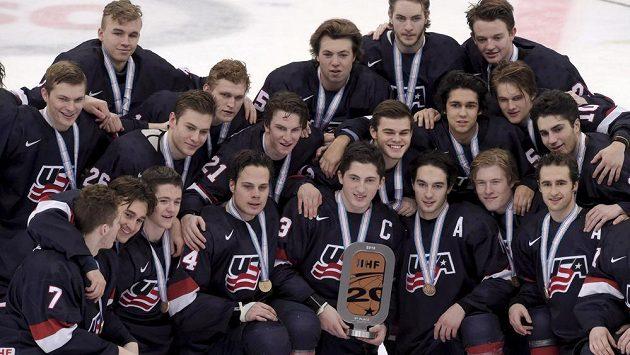 Hokejisté USA s bronzovými medailemi pro třetí tým MS do 20 let.