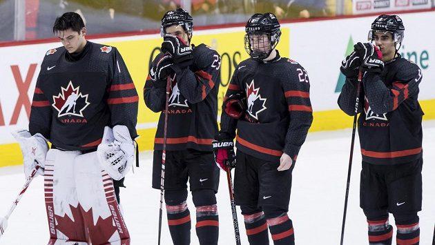 Zleva zklamaný kanadský gólman Michael DiPietro, Jack Studnicka, Alexis Lafreniere a Joe Veleno.