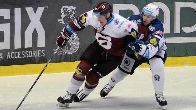 Sparťanský útočník Miroslav Forman (vlevo) plzeňský obránce Jakub Jeřábek v zápase 22. kola hokejové Tipsport extraligy.
