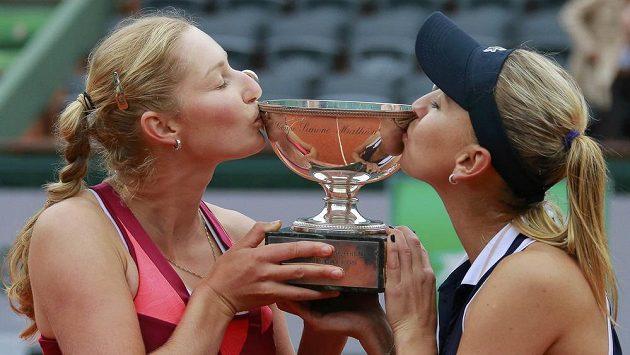 Ruské tenistky Jekatěrina Makarovová (vlevo) a Jelena Vesninová s trofejí pro vítězky čtyřhry na French Open.