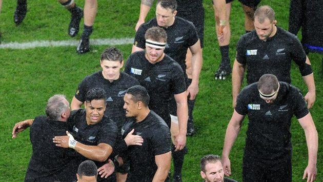 Ragbisté Nového Zélandu oslavují postup do finále MS.
