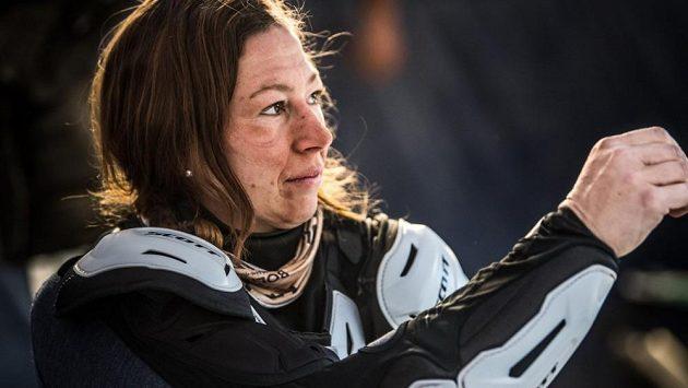Gabriela Novotná v bivaku Rallye Dakar, na němž v průběhu 10. etapy utrpěla zlomeninu klíční kosti.