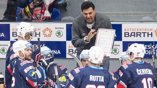 Trenér Chomutova Vladimír Růžička udílí pokyny svým svěřencům.