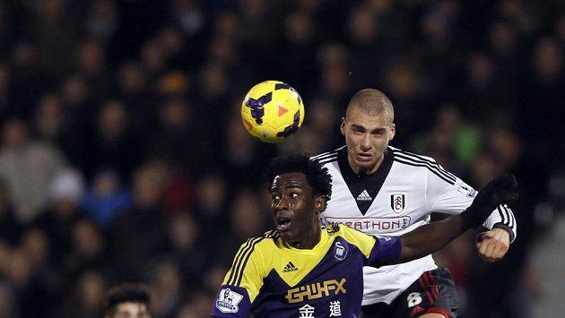 Bony Wilfried (vlevo) v utkání s Fulhamem.
