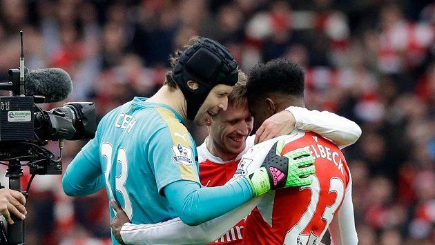 Fotbalisté Arsenalu brankář Petr Čech, obránce Nacho Monreal a útočník Danny Welbeck se radují z vítězství v 26. kole anglické Premier League proti Leicesteru.