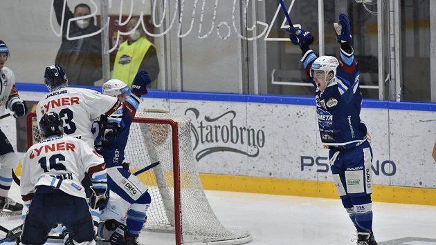 Filip Král z Brna (vpravo) se raduje z prvního gólu.