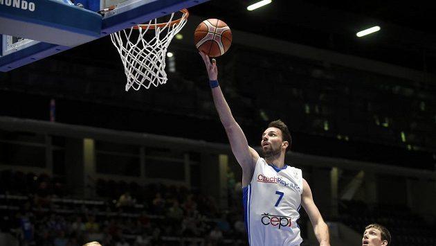 Český basketbalový reprezentant Vojtěch Hruban úspěšně zakončuje v kvalifikačním utkání o postup na MS 2019 proti Finsku.