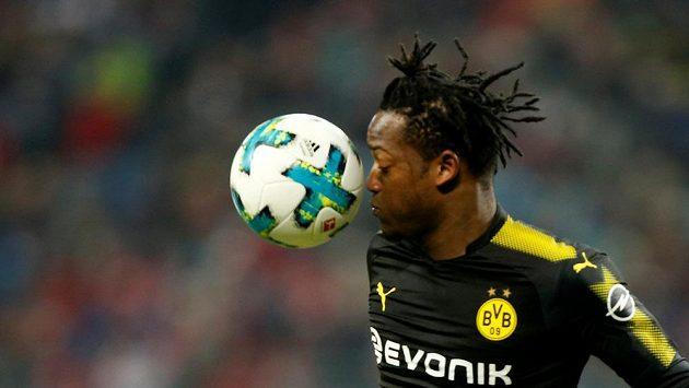 Dortmundský Michy Batshuayi během šlágru s Lipskem.