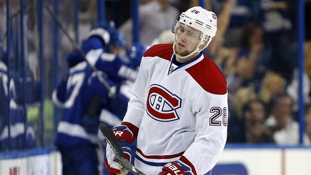 Zklamaný útočník Montrealu Jří Sekáč v utknání s Tampou.