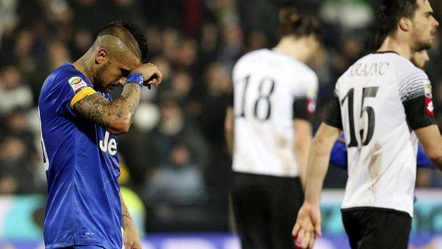 Reakce záložníka Juventusu Turín Artura Vidala (vlevo) po neproměněné penaltě proti Ceseně.