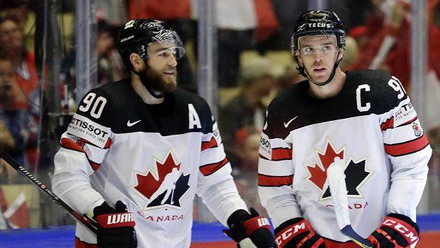 Kanadští hokejisté Connor McDavid (vlevo) a Ryan O´Reilly po vstřelené brance proti Norsku.