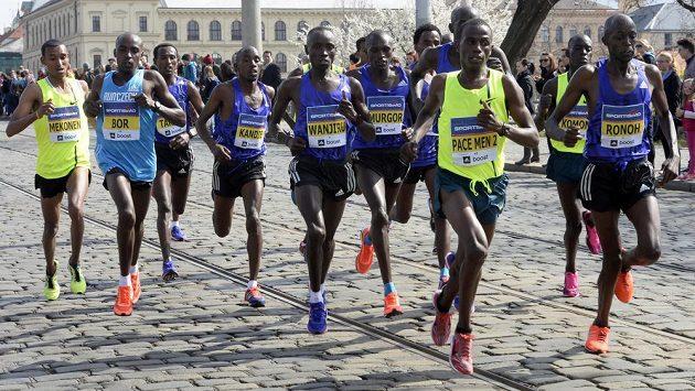 Sedmnáctý ročník půlmaratónu se běžel 28. března ulicemi Prahy. Vyhrál keňský běžec Daniel Kinyua Wanjiru (uprostřed) v čase 59:50 minuty.