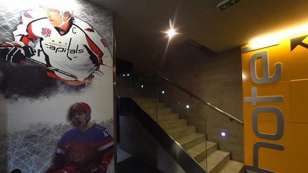 Ovečkin, Radulov...Fotografie největších hvězd ruského hokeje zdobí jednu z chodeb hotelu Buly Aréna v Kravařích.