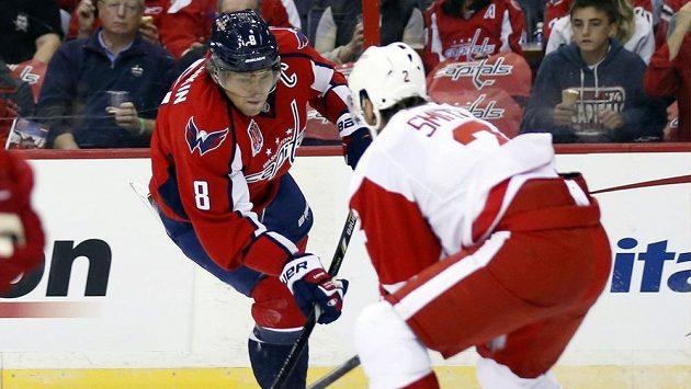 Alexander Ovečkin z Washingtonu (vlevo) v zápase s Detroitem.