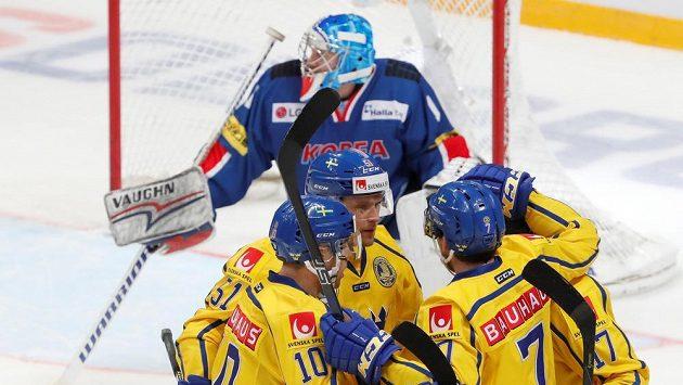 Švédští hráči oslavují gól proti hokejistům Jižní Koreje