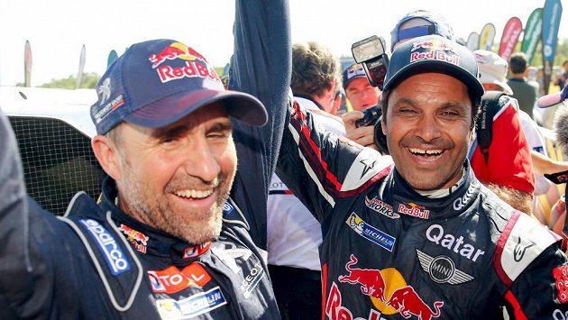 Vítěz Dakaru Francouz Stephane Peterhansel (vlevo) a druhý v soutěži automobilů Násir Al-Attíja z Kataru.