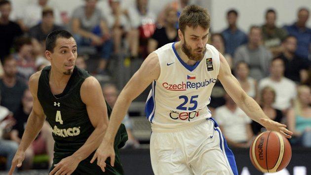 Basketbalista David Jelínek (vpravo) v dresu české reprezentace.