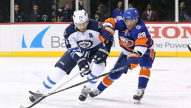 Obránce New York Islanders Marek Židlický (vpravo) atakuje Blakea Wheelera (26) z Winnipegu.