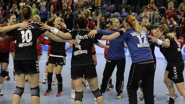 Hráčky Černé Hory se radují z vítězství, snímek je z prvního zápasu na české půdě.