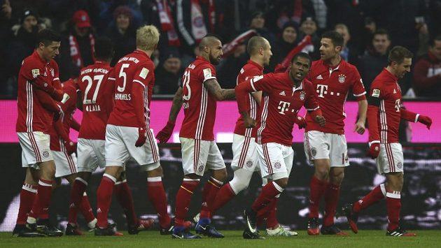 Fotbalisté Bayernu Mnichov slaví gól v zápase proti Lipsku.
