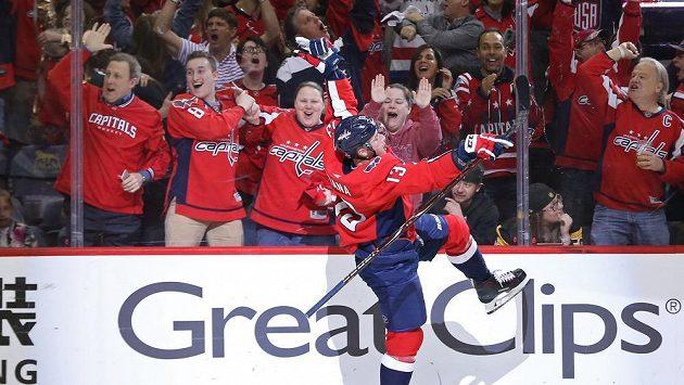 Český útočník ve službách Washingtonu Jakub Vrána se raduje ze svého gólu do sítě Pittsburghu v pátém zápase play off NHL.