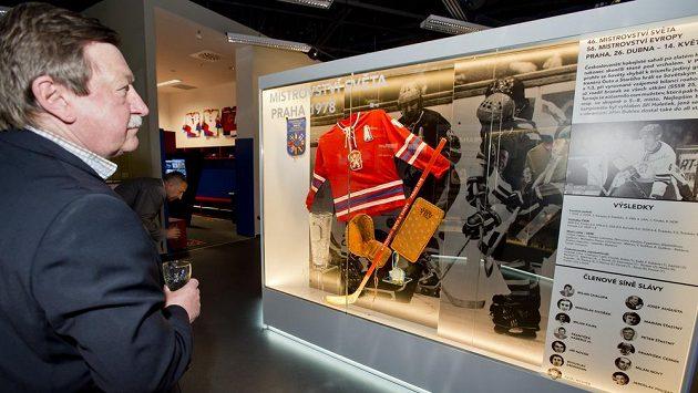 Vladimír Martinec během slavnostního otevření Síně slávy českého hokeje, která je umístěna v prvním patře obchodního domu Harfa v Praze.