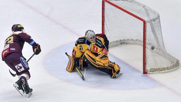 Vítězný gól Petra Straky z Jihlavy z nájezdu. Vpravo překonaný brankář Litvínova Pavel Kantor v utkání baráže o extraligu.