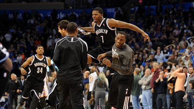 Basketbalisté Brooklynu se radují z vítězství nad Oklahomou.
