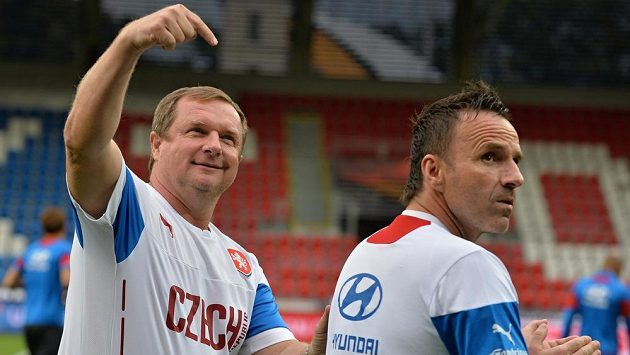 Trenér fotbalové reprezentace Pavel Vrba (vlevo) a jeho asistent Karel Krejčí.