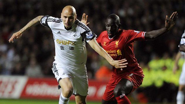Jonjo Shelvey(vlevo) bojuje o míč s bekem Liverpoolu Mamadou Sakhem.