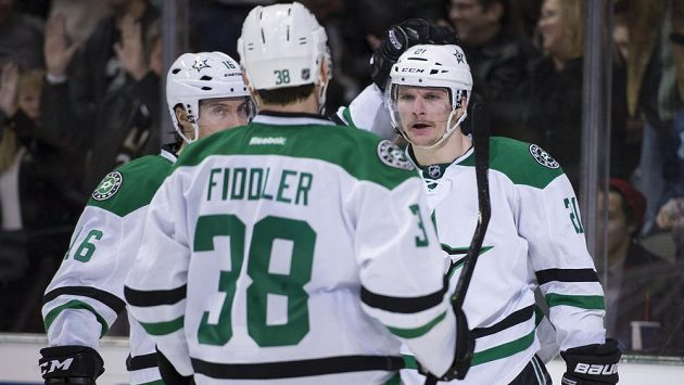 Hokejisté Dallasu Stars Antoine Roussel (21), Ryan Garbutt (16) a Vernon Fiddler (38) slaví gól proti Anaheimu Ducks.