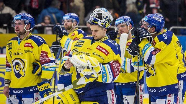 Brankář Libor Kašík (uprostřed) ze Zlína po prohraném utkání v Hradci. Ilustrační snímek.