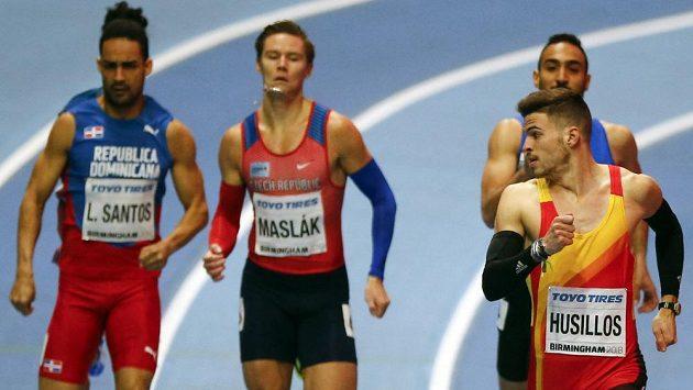 Španěl Oscar Husillos (vpravo) vyhrál rozběh na 400 m před Pavlem Maslákem (druhý zleva) a Luguelinem Santosem (vlevo) z Dominikánské republiky.
