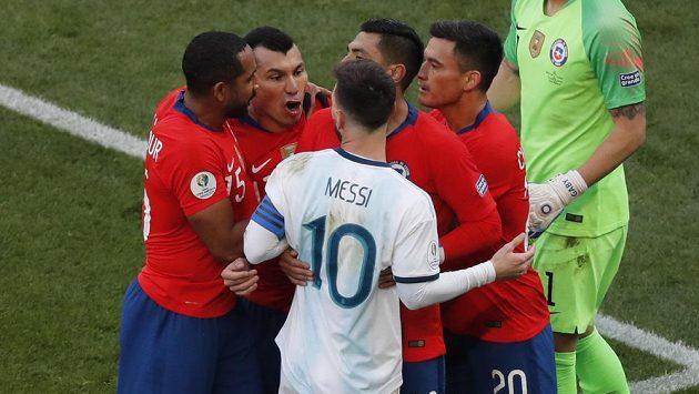 Argentinec Lionel Messi (10) a Chilan Gary Medel (druhý zleva). Sudí Mario Diaz oba vyloučil.