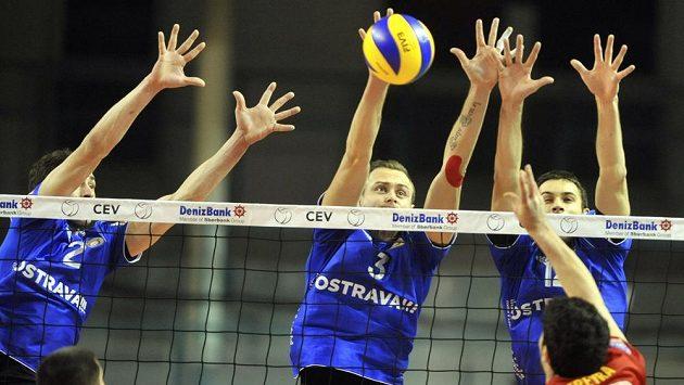 Volejbalisté Ostravy zleva Igor Rehák, Michal Čechmánek a Dominik Fořt z Ostravy blokují útok Federiko Pereyry z Maaseiku.