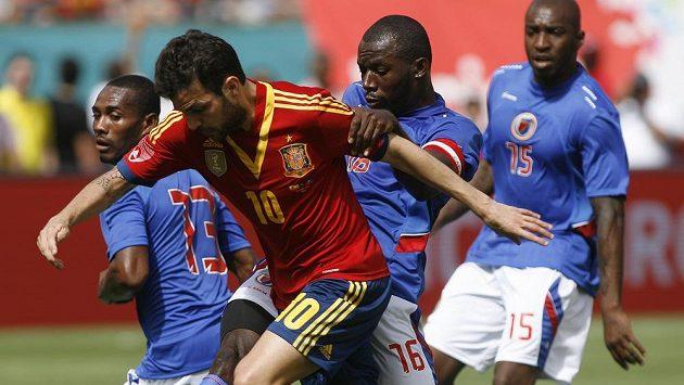 Španělský záložník Fabregas je tísněn fotbalisty Haiti. Zleva Constant Monuma, Jean-Marc Alexandre a Yves Hadley Desmaret.