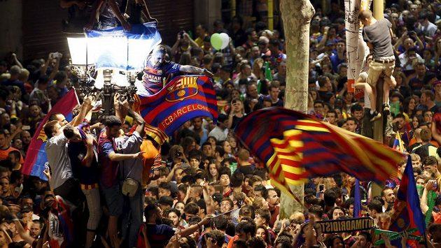 Fanoušci Barcelony slaví vítězství katalánského týmu v Lize mistrů.