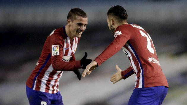 Carrasco (vpravo) oslavuje gól proti Celtě Vigo se spoluhráčem z Atlétika Antoinem Griezmannem.
