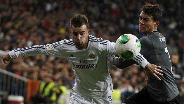 Jesé Rodríguez (vlevo) z Realu Madrid bojuje o míč s Hectorem Morenem z Espaňolu.