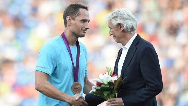 Oštěpař Vítězslav Veselý při slavnostním zahájení Zlaté tretry dostal olympijský bronz, gratuluje mu předseda Českého atletického svazu Libora Varhaník.
