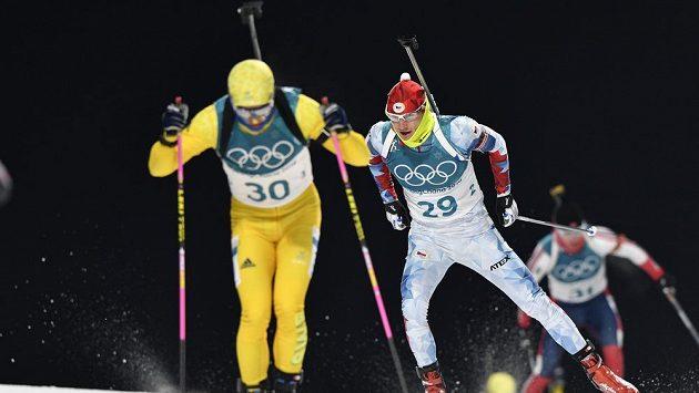 Český reprezentant Ondřej Moravec (vzadu) stíhá švédského závodníka Nelina.