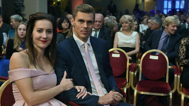 Denisa Rosolová se svým snoubencem Adamem Sebastianem Helceletem.