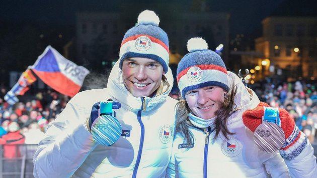 Biatlonisté Veronika Vítková a Michal Krčmář s olympijskými medailemi