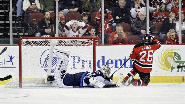 Útočník New Jersey Devils Patrik Eliáš (vpravo) překonává v samostatných nájezdech brankáře Ondřeje Pavelce z Winnipegu.