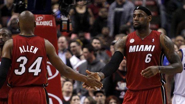 LeBron James (vpravo) se podílel na vítězství Miami 27 body.
